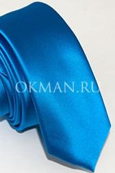 Узкий ярко-синего цвета галстук
