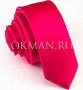 Яркий узкий галстук розового цвета