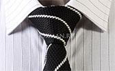 Вязаный галстук черный с белыми спиральными полосами