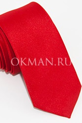Узкий галстук красного цвета