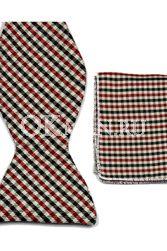 Бабочка-галстук с чёрными красными и белыми пересекающимися полосами + платок