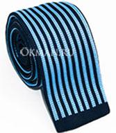 Вязаный галстук в сине-голубую полоску